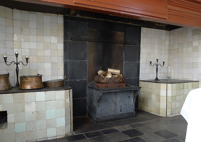 Stookplaat in oude keuken kasteel van rhoon varró restauratie